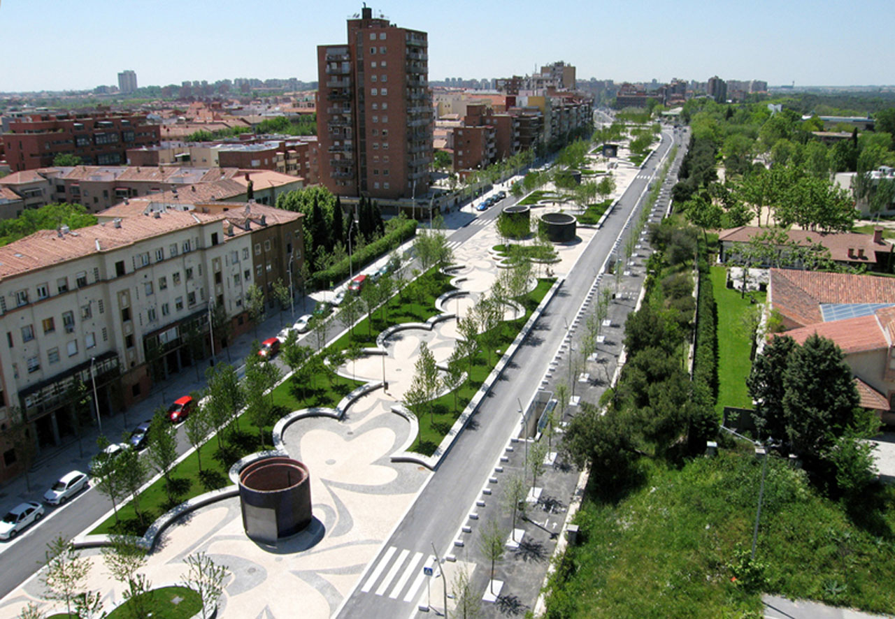 Madrid rio by west 8 and mrio buildipedia for Urban landscape design
