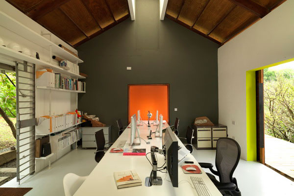 A single central work desk with three openings and a roof light – ©LUMIS photography